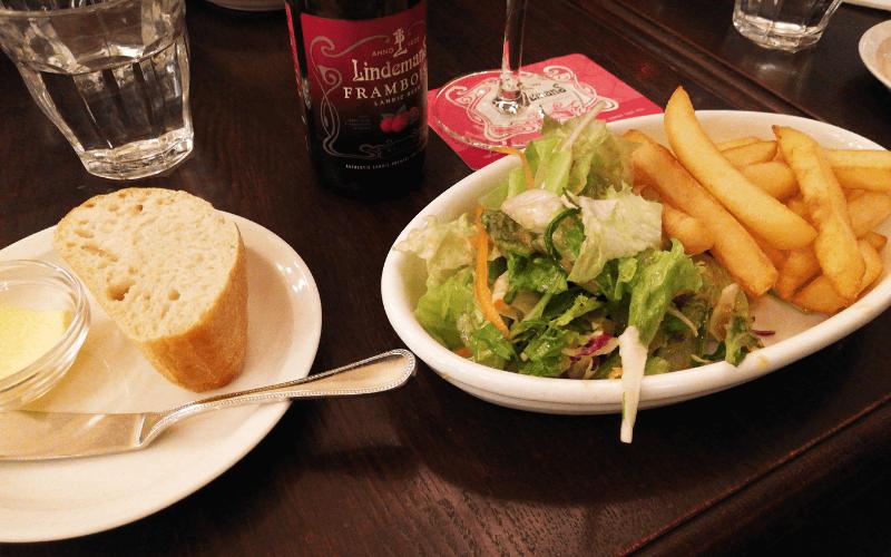 ゲント・ランチのサラダとフライドポテトとパン