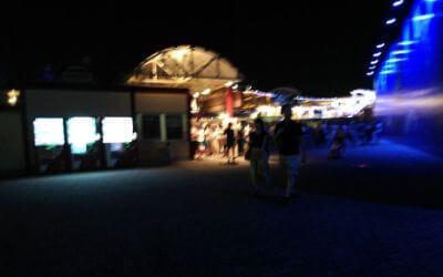 横浜八景島シーパラダイス・花火シンフォニア「ドルフィン」にできた待ち列。
