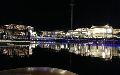 横浜八景島シーパラダイス・花火シンフォニア「花火観覧貸切ボート」からみたボードウォーク方面